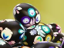 Nahaufnahme von gemalten Ostereiern lizenzfreies stockbild