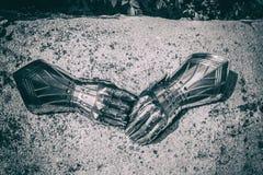 Nahaufnahme von gepanzerten Handschuhen Lizenzfreie Stockfotografie