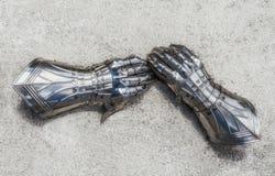 Nahaufnahme von gepanzerten Handschuhen Stockbild