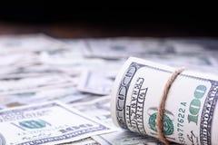Nahaufnahme von gerollten amerikanischen Dollarbanknoten auf der rechten Seite Muster von 5000 Rubeln Rechnungen Stockfotos