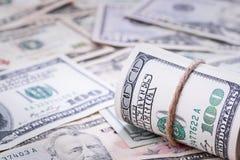 Nahaufnahme von gerollten amerikanischen Dollarbanknoten auf der rechten Seite Muster von 5000 Rubeln Rechnungen Lizenzfreies Stockfoto