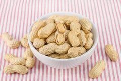Nahaufnahme von gesalzenen Erdnüssen in der weißen Schüssel stockfotos