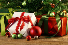 Nahaufnahme von Geschenken unter einem Baum Stockfotografie