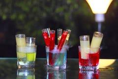 Nahaufnahme von Getränken in den Reagenzgläsern und in den langen Gläsern Lizenzfreie Stockfotos