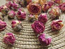 Nahaufnahme von getrockneten Rosen auf Weidenwolldeckenhintergrund lizenzfreie stockfotografie