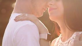Nahaufnahme von glücklichen Gesichtern eines jungen Paares in der Liebe, umarmen sie und küssen stock footage
