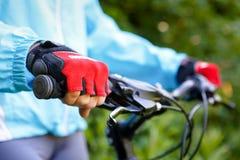 Nahaufnahme von Händen in den roten Handschuhen lizenzfreie stockfotografie