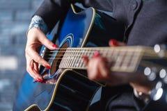 Nahaufnahme von Händen eines Musikers, der Akustikgitarre spielt Lizenzfreie Stockbilder