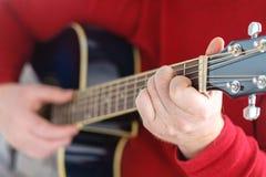 Nahaufnahme von Händen eines Musikers, der Akustikgitarre spielt Stockbild