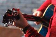 Nahaufnahme von Händen eines Musikers, der Akustikgitarre spielt Stockfotografie
