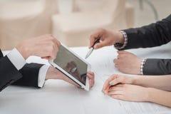 Nahaufnahme von Händen mit Tablette und Laptop Stockfoto