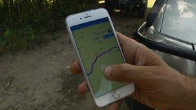 Nahaufnahme von Händen unter Verwendung Google Mapss im intelligenten Telefon stock footage