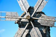 Nahaufnahme von hölzernen Details der traditionellen ukrainischen Windmühle am Museum der ukrainischen Volksarchitektur in Pirogo Lizenzfreies Stockbild