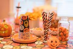 Nahaufnahme von Halloween-Dekorationen auf Tabelle im Haus Stockfotografie