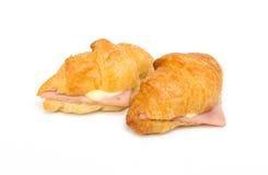 Nahaufnahme von Ham Cheese-Hörnchen auf Weiß lizenzfreies stockbild