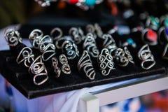 Nahaufnahme von handgemachten Ringen auf Markt lizenzfreie stockbilder