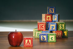 Nahaufnahme von Holzklötzen und von Apfel Stockfotografie