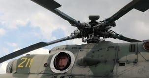 Nahaufnahme von Hubschrauber ` s Läuferschaufeln Hubschrauberteile Russischer Militärhubschrauber stock video footage