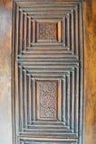Nahaufnahme von islamischen Verzierungen von einem alten eine gealterte verzierte Holztür stockbild