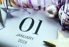 Nahaufnahme von Januar-Kalender und -ball Stockfotografie