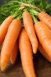 Nahaufnahme von Karotten auf Holztisch Stockfoto