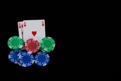 Nahaufnahme von Karten und von Chips während des Blackjackspiels Stockfotos