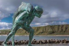 Nahaufnahme von Kenn und die Lachsstatue in Dunbeath, Schottland Stockfotografie