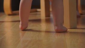 Nahaufnahme von kleinen Beinen stock footage