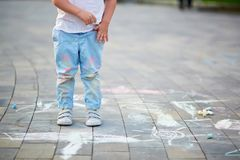 Nahaufnahme von kleiner Junge ` s Hosen befleckte mit Kreiden Stockbilder