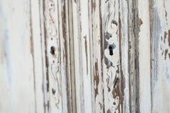 Nahaufnahme von Kommode-Büromöbeln des Schlüssellochs alten weißen mit Farbe zog weg ab Lizenzfreie Stockfotografie