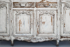 Nahaufnahme von Kommode-Büromöbeln des Schlüssellochs alten weißen mit Farbe zog weg ab Stockfoto