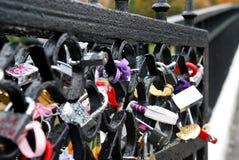 Nahaufnahme von Liebesvorhängeschlössern auf der Brücke lizenzfreie stockfotos