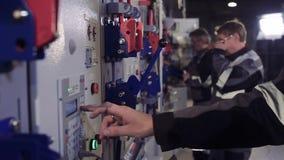 Nahaufnahme von Männern an der Fabrikfunktion stock video