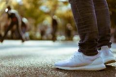 Nahaufnahme von männlichen Beinen während einer Straßenleistung in Yoyogi-Park Stockfoto
