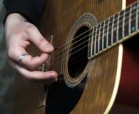 Nahaufnahme von man& x27; s-Hände, die auf Gitarre spielen Stockbild