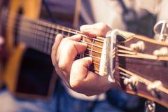 Nahaufnahme von Mann ` s übergibt das Spielen der Akustikgitarre Lizenzfreie Stockfotos