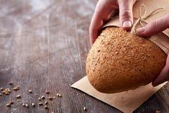 Nahaufnahme von Mannhänden mit hellem Brot und Mehl der weißen Farbe Stockfoto