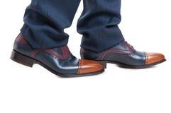 Nahaufnahme von Mannschuhen und -hose in gehender Position Lizenzfreies Stockfoto