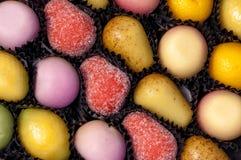 Nahaufnahme von Marzipan-Frucht-Bonbons Stockbild