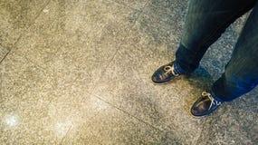 Nahaufnahme von menschlichen Beinen in den Schuhen Art und Weise Stockbild