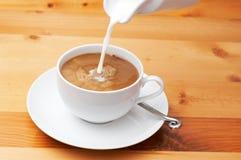 Nahaufnahme von Milch und von Kaffee Stockfotografie