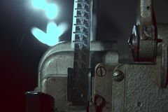 Nahaufnahme von 16 Millimeter-Film auf dem Projektor Stockfotos