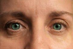 Nahaufnahme von mittleren Greisinaugen Wirkliches Gesicht außen bilden und Korrektur betrachten Sie Kamera lizenzfreie stockfotos