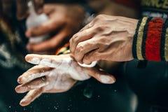 Nahaufnahme von männlichen Händen mit Sportmanschetten reibt Lizenzfreie Stockfotografie