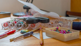 Nahaufnahme von nähenden Stiften von der Tabelle, Hobbykonzept Lizenzfreie Stockbilder
