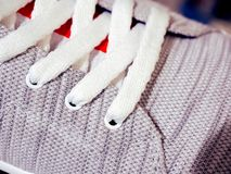 Nahaufnahme von neue Turnschuhe schnüren sich, modische Fußbekleidung stockbild