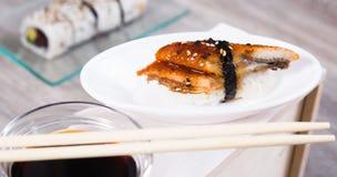 Nahaufnahme von Nigirisushi mit geräuchertem Aal Stockfoto