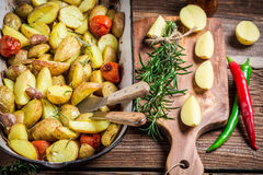 Nahaufnahme von Ofenkartoffeln mit Rosmarin Stockbild