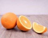 Nahaufnahme von Orangen auf einem Holztisch mit wei?em Hintergrund stockbild