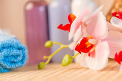 Nahaufnahme von Orchideenblumen und von Flaschen Kosmetik Stockbilder